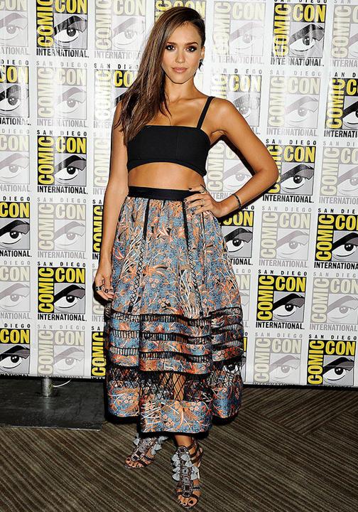 Jessica Alba : Cropped top Tanya Taylor, jupe Zimmerman, chaussures Kotur
