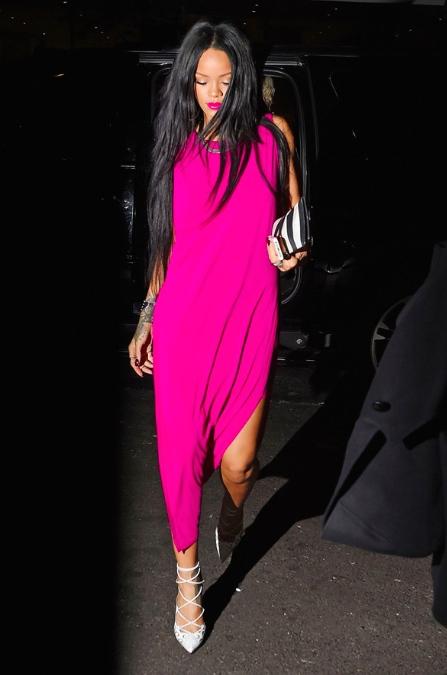Rihanna porte une robe Helmut Lang et les chaussures C. Louboutin